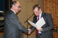 Bürgermeister Storz überreicht Ulrich die Ehrennadel des Landes Baden-Württemberg 2