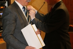 Bürgermeister Storz überreicht Ulrich die Ehrennadel des Landes Baden-Württemberg 4