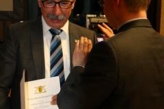Bürgermeister Storz überreicht Ulrich die Ehrennadel des Landes Baden-Württemberg 5