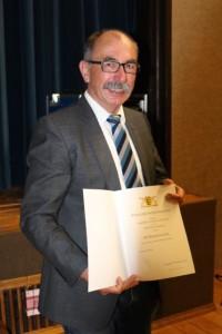 Bürgermeister Storz überreicht Ulrich die Ehrennadel des Landes Baden-Württemberg 3